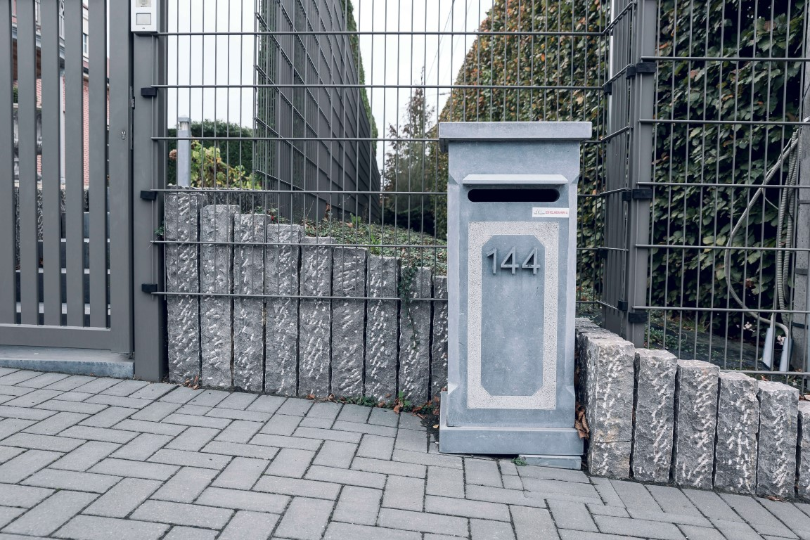 brievenbus blauwe steen