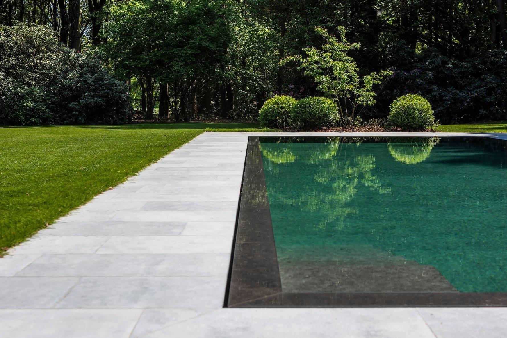 zwembad blauwe steen